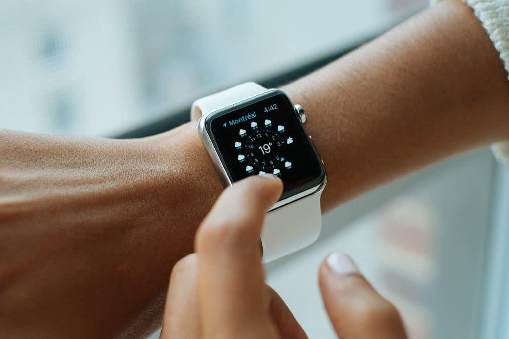 Apple Watch, die gerade bedient wird