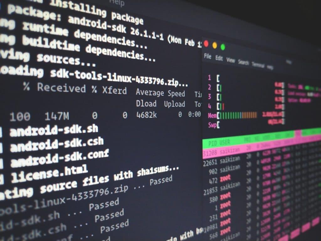 Abbildung eines Terminals auf dem ein Shellscript und htop gezeigt werden